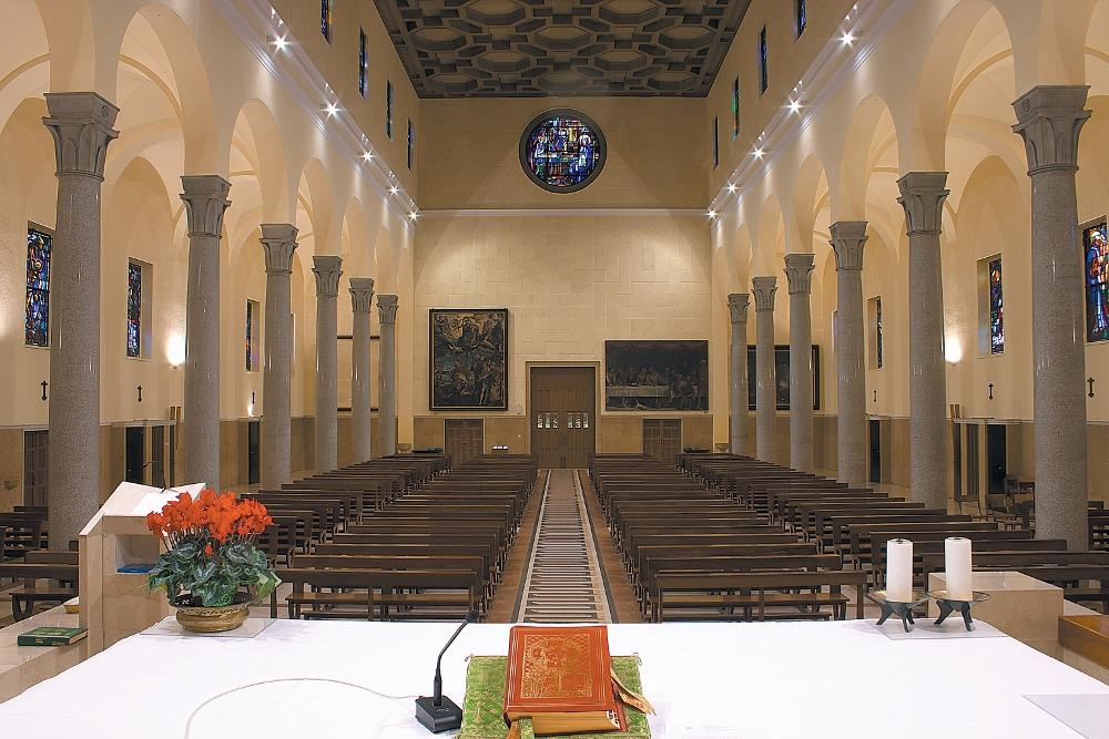 Chiesa Leone XIII dell'istituto Leone XIII di Milano.   Installazione sulla parete di fondo dei pannelli in sughero Coverd.