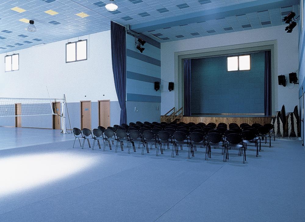 Oratorio di Santa Maria Hoè (Lc). L'oratorio funge sia da palestra che da teatro. Il controsoffitto è formato da pannelli di sughero Coverd.